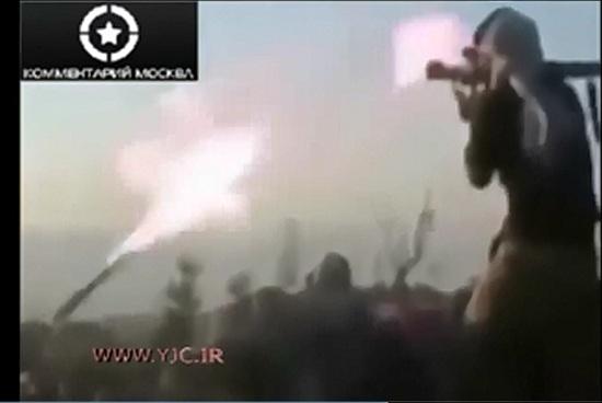 ویدیویی از اقدامات خنده دار گروه های تروریستی که باعث انفجار خودشون میشه