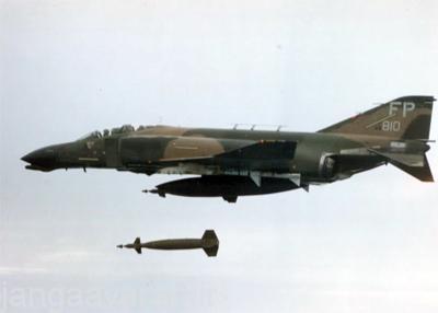 اف4 فانتوم تمامی مهمات های هدایت شونده لیزری اپتیکی و ضد رادار نیروی هوایی امریکا را حمل میکرد