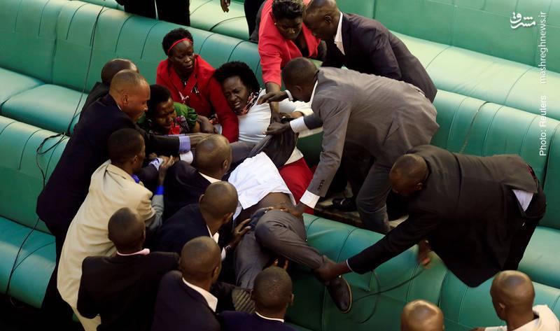حمله لباسشخصیها به نماینده مجلس اوگاندا که معترض طرح اصلاح قانون اساسی است. این طرح به دستکاری قانون اساسی و اجازه تداوم حکومت سی ساله موسونی بر این کشور مربوط بود.
