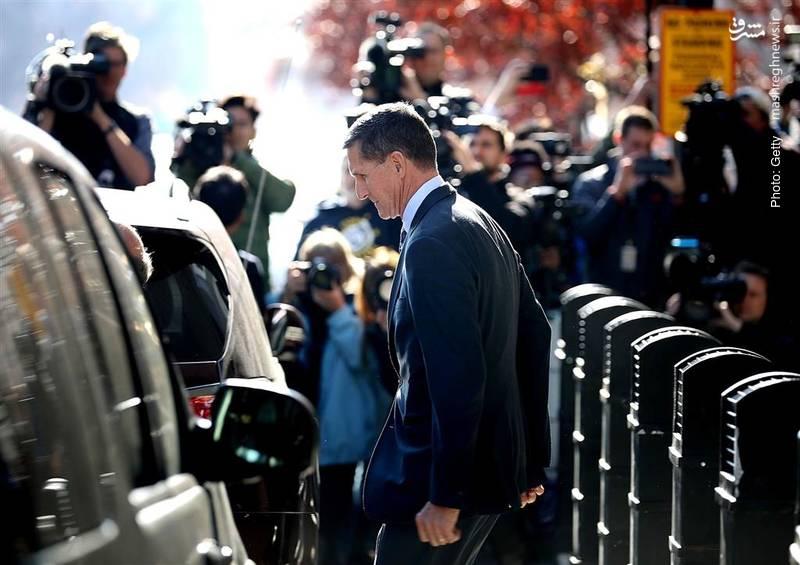 مایکل فلین، چهارمین فرد از اطرافیان ترامپ در حال ترک دادگاه عالی است. وی در پرونده دخالت روسیه در انتخابات آمریکا متهم به ارائه بیانیههای دروغ به افبیآی شده است.