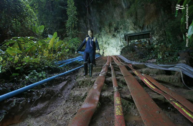 استفاده از لوله آب پرفشار در شمال تایلند برای بازکردن مسیر غاری که 12 نوجوان و مربی فوتبال آنها بر اثر بارش شدید باران گیر افتاده اند. آنها سالم پیدا شده اند اما مسیر خروجشان بسته است. گفته میشود تا کنون یک نجاتگر جان خود را از دست داده است.