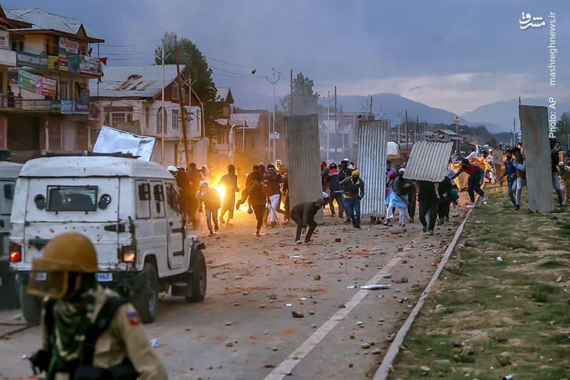 درگیری مردم سریناگار در کشمیر با پلیس هند