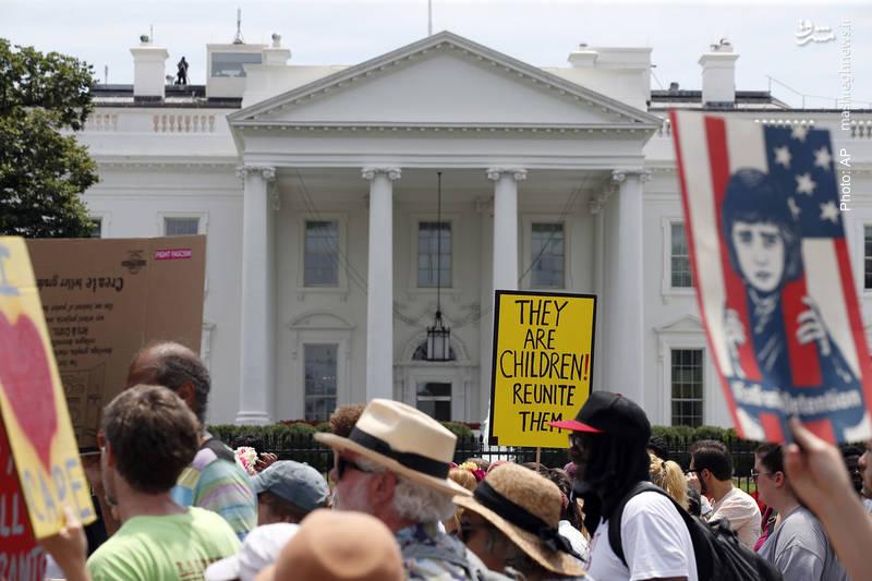 راهپیمایی مقابل کاخ سفید با عنوان «خانواده ها به هم تعلق دارند» در اعتراض به سیاست سختگیرانه مهاجرتی ترامپ که موجب جدایی کودکان از والدین آنها می شود.