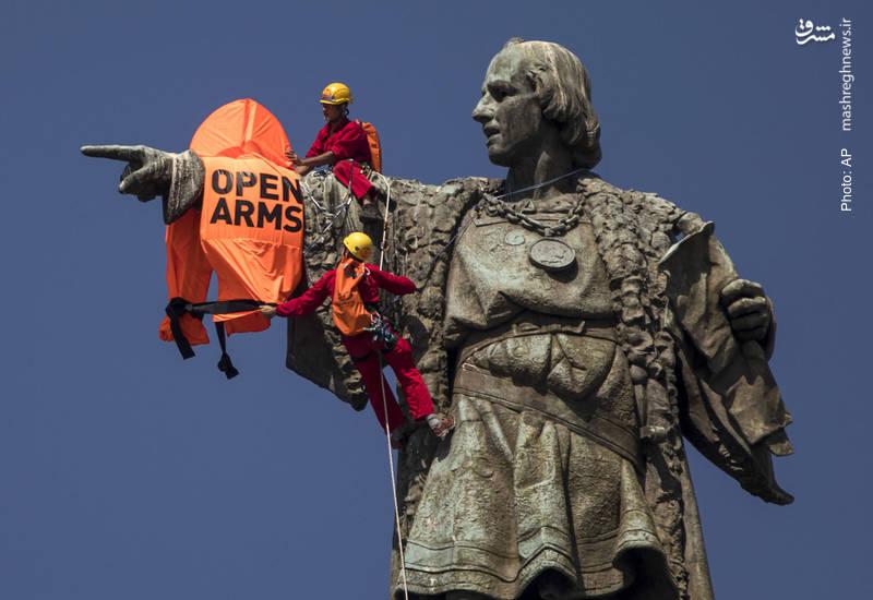 یک جلیقه نجات بزرگ که عبارت «آغوشت را بگشا» بر آن نوشته شده، توسط دو فعال اجتماعی بر دست مجسمه 60 متری کریستف کلمب در اسپانیا جا خوش کرده است تا یک حرکت اعتراضی به سیاست آمریکا و برخی کشورهای اروپایی در قبال مهاجران باشد.