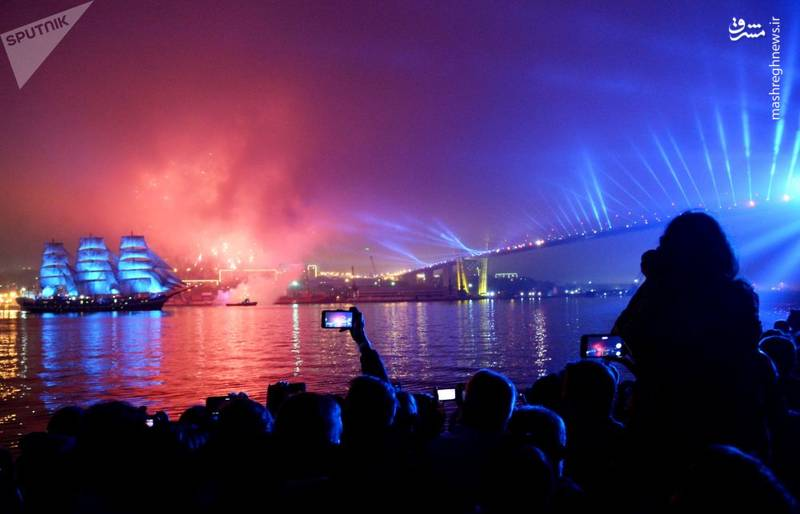 یک نمایش دریایی با کشتی بادبانی در ولادیوستوک روسیه