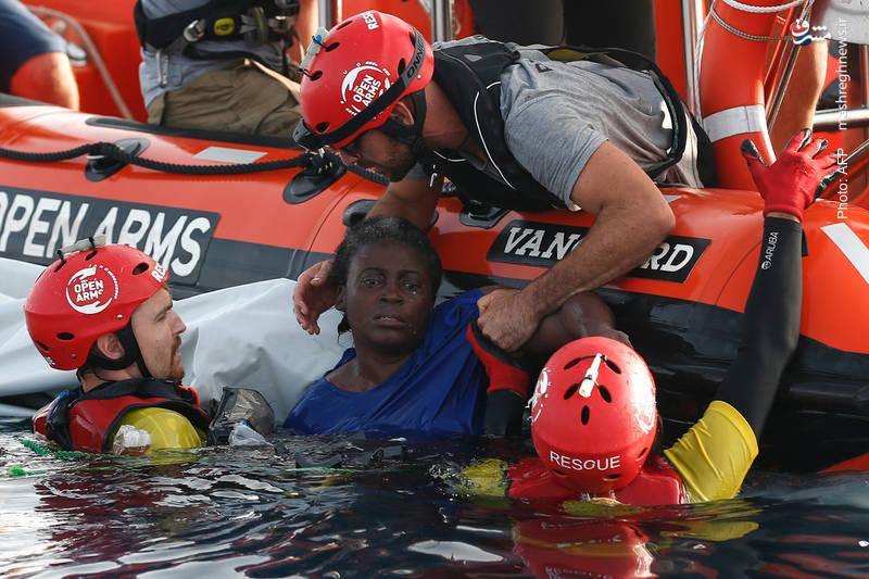 نجات یک زن پناهنده در 85 مایلی ساحل لیبی. چشمان این زن نشان از فجایعی دارد که بر سر این مردم میآید و فوجفوج به فرارشان انجامیده است.