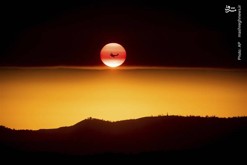جت امداد، خورشیدی که در حال غروب است و دودی که از آتش جنگلهای کالیفرنیا آسمان را پوشانده است.