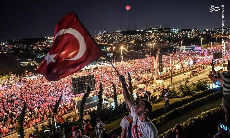 پل «شهدای 15 ژوئیه» (بسفر پیشین) در استانبول، میزبان مردمی که سالگرد کودتای نافرجام را گرامی میدارند.