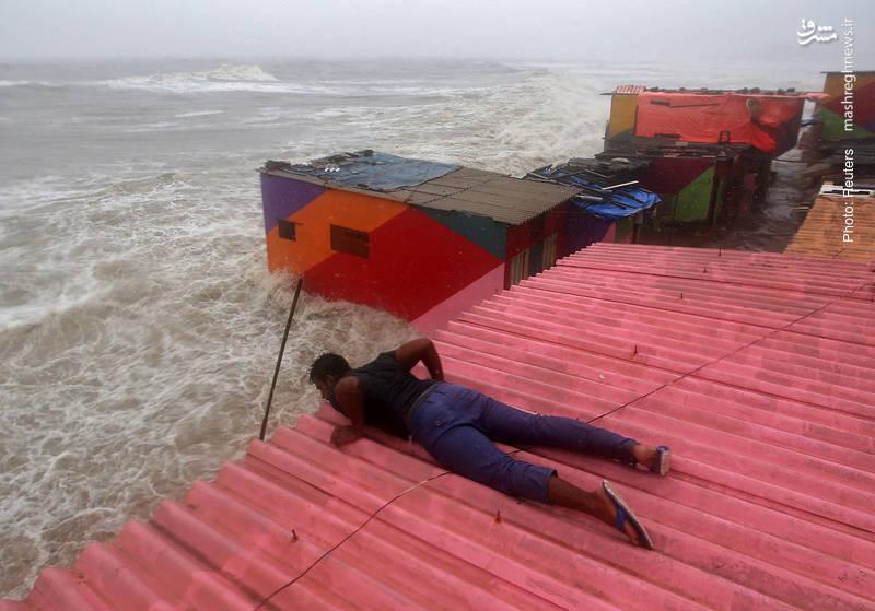 به زیرِ آب رفتنِ خانه های ساحلی در بمبئی هند