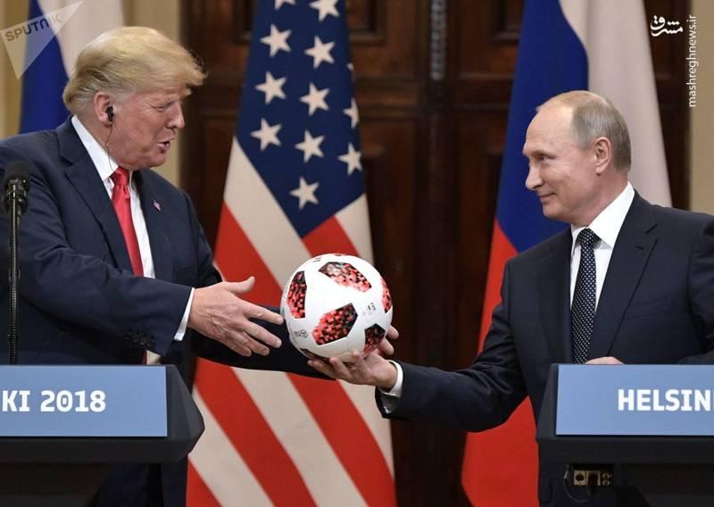 اهدای یکی از توپ های جام دنیای به ترامپ در دیدار وی با پوتین در هلسینکی