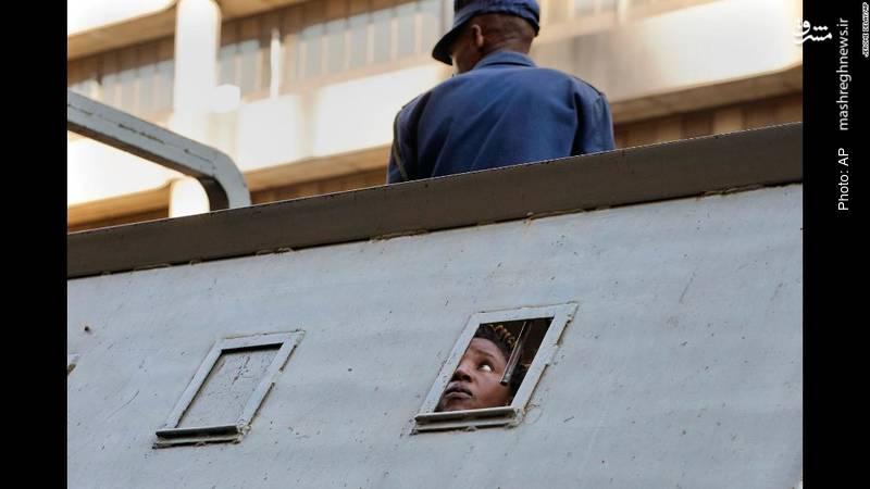 دستگیری هوادار نامزد مخالف دولت پس از تظاهرات در هراره در اعتراض به نتایج انتخابات که نشان میداد منانگاوا رئیس جمهور موقت که پس از استعفای موگابه بر سر کار آمده، پیروز شده است. تا کنون دست کم شش نفر در این برخوردهای خشونتآمیز کشته شدهاند.