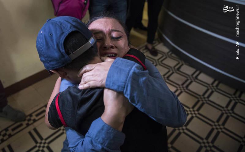 دیدار مادر و کودک گواتمالایی پس از سه ماه. این دو برای زندگی بهتر به آمریکا مهاجرت کرده بودند اما دو روز بعد، بازداشت و از یکدیگر جدا شدند.