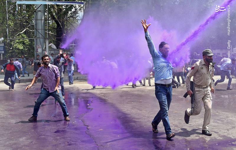 مقابله پلیس هند با معلمان معترض کشمیری با آبِ بنفش