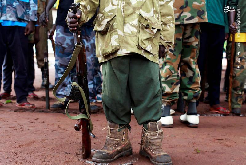 یک کودک سودانی در مراسم مرخصکردن کودکان از یک گروه نظامی در سودان جنوبی. این کشور چندین سال است گه پس از استقلال از سودان، درگیر جنگ داخلی است.